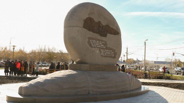 В Атырау установили памятник степному растению «кумаршык»